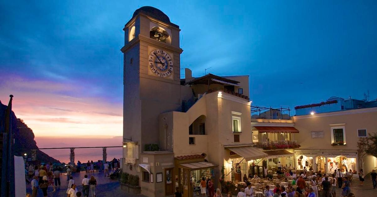 La piazzetta di Capri: il cuore della città raffigurato sui nostri foulard